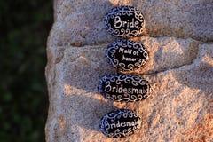 Geschilderde rotsen die Bruid, Eerste bruidsmeisje, Bruidsmeisje, en Bruidsmeisje in wit op zwarte rotsen verklaren Royalty-vrije Stock Foto