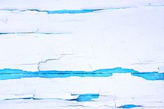 Geschilderde ruwe houten achtergrond, oude muur met gebarsten verfwit op blauwe achtergrond stock afbeelding