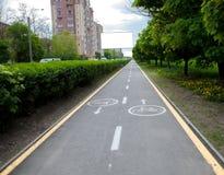 Geschilderde tekens op asfalt voor fiets specifieke stegen Een afzonderlijke fietsweg in de stad stock foto's