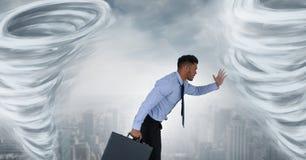 Geschilderde tornadotwisters en stad met lopende zakenman royalty-vrije stock foto's