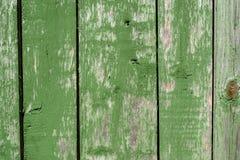 Geschilderde trillende groene oude langzaam verdwenen houten planking achtergrond met gebreken royalty-vrije stock afbeelding