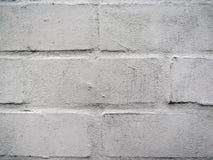 Geschilderde witte bakstenen muur met doorstane lagen van verf stock afbeelding