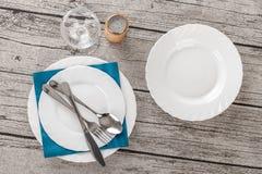 Geschirr auf Holztisch Lizenzfreies Stockfoto