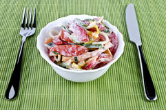 Ein köstlicher Sommersalat über Weiß Lizenzfreie Stockfotos