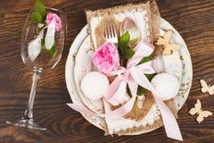 Geschirr mit hellrosa Rosen und Eibischen Lizenzfreies Stockbild