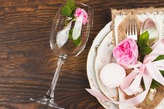 Geschirr mit hellrosa Rosen und Eibischen Lizenzfreie Stockfotos