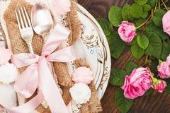Geschirr mit hellrosa Rosen und Meringen Lizenzfreie Stockfotografie