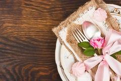 Geschirr mit hellrosa Rosen und Meringen Stockfotografie