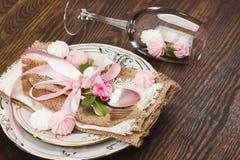 Geschirr und Tafelsilber mit geschwollenen hellrosa Rosen Lizenzfreie Stockfotografie