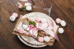 Geschirr und Tafelsilber mit geschwollenen hellrosa Rosen Lizenzfreies Stockfoto
