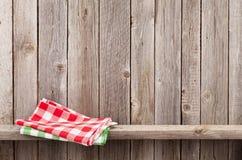 Geschirrtücher auf Regal Stockfoto
