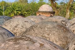 Geschissene Gombuj-Moscheen-Dachhauben in Bagerhat, Bangladesch Stockbilder