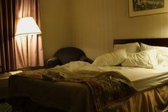 Geschlafen im Hotel-Bett stockfotografie