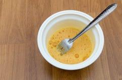 Geschlagene Eier in der Schüssel für das Kochen des Omeletts Stockfotografie