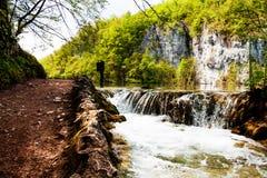 Geschlagene Spur nahe einem Waldsee und Wasserfall in den Plitvice Seen Stockfotografie