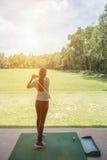 Geschlagener ausgedehnter Golfplatz der Asiatin Golfspieler lizenzfreies stockbild