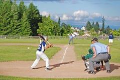 Geschlagener Eierteig betriebsbereit, am Baseball zu schwingen Lizenzfreie Stockfotografie