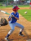 Geschlagener Eierteig schlägt eine Kugel während des Baseballspiels. Lizenzfreies Stockbild
