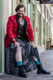 Geschlechts-flüssiger Mann, der sein Bein zeigt Stockfotografie
