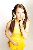 Geschlechtsmädchen in einem gelben Kleid Stockbilder