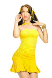 Geschlechtsmädchen in einem gelben Kleid Stockfotos