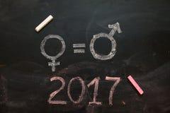 Geschlechtssymbole oder -zeichen für den Mann und das weibliche Geschlecht gezeichnet auf eine Tafel Lizenzfreies Stockbild