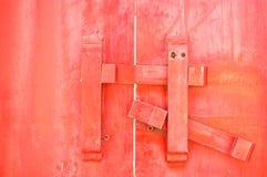 Geschlossen herauf die antike Holztür zugeschlossen stockfotos