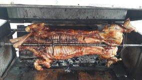 Geschlossen herauf BBQ grillte Schweinefleisch auf dem Feuer, das zum Abendessen bereit ist stockbild