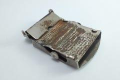 Geschlossen herauf die alte schmutzige Schnalle lokalisiert auf weißem Hintergrund lizenzfreies stockbild