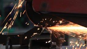 geschlossen herauf die Metallsäge, die einen Stahl schneidet stock video footage