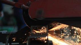geschlossen herauf die Metallsäge, die einen Stahl schneidet stock video