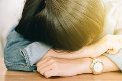Geschlossen herauf junge Frau halten Sie ein Schläfchen lizenzfreies stockfoto