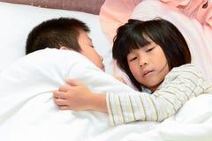 Geschlossen herauf schlafende Kinder, umarmen Sie zusammen Stockfotografie
