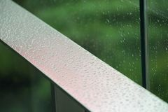 Geschlossen herauf Terrassenansichtwohnung mit Wasser fällt in regnerisches seaso stockbild