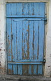 Geschlossene alte blaue Holztür Stockfoto