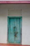 Geschlossene alte blaue Holztür Mittelmeerartäußeres Lizenzfreie Stockfotos