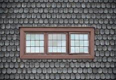 Geschlossene alte Fenster auf hölzerner Fliese Stockfotos