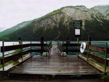 Geschlossene Anlegestelle am Gebirgssee lizenzfreie stockfotografie
