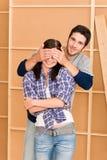 Geschlossene Augen der jungen glücklichen Paare des neuen Hauses stockfoto