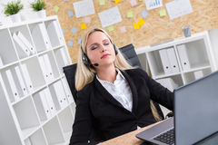 Geschlossene Augen des Call-Center-Betreibers Lizenzfreie Stockfotos