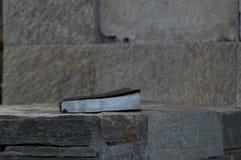 Geschlossene Bibel auf Felsen-Leiste Lizenzfreie Stockfotos