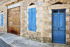 Geschlossene blaue Blendenverschlüsse und Tür Stockbilder