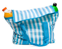 Geschlossene blaue gestreifte Kühltasche mit voll kühles Auffrischungsdrin Stockbild