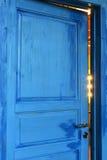 Geschlossene blaue Tür im hellen Raum Lizenzfreie Stockfotografie