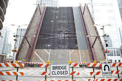 Geschlossene Brücke auf Chicago River Stockfotografie