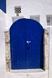 Geschlossene dunkelblaue Tür in einem griechischen Haus Lizenzfreie Stockfotografie