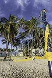 Geschlossene Farbregenschirme im Strand lizenzfreie stockbilder