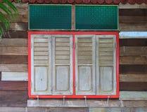 Geschlossene Fenster auf ländlichem Holzhaus Lizenzfreie Stockbilder