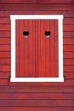 Geschlossene Fensterfensterläden, rote Farbe, lizenzfreies stockfoto