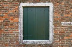Geschlossene Fensterläden Stockfoto